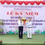 Lãnh đạo PGD tặng hoa