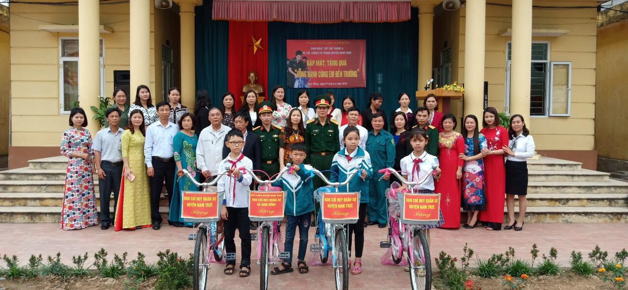 """Buổi sinh hoạt dưới cờ tháng 4 và lực lượng vũ trang huyện Nam Trực gặp mặt, tặng quà """"Đồng hành cùng em đến trường"""" cho các em học sinh trường Tiểu học Nam Hồng"""