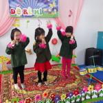 Trẻ biểu diễn ở góc nghệ thuật