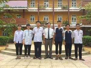 Thầy Hiệu trưởng Trần Văn Lực và những học sinh đạt kết quả xuất sắc dự thi các trường chuyên THPT